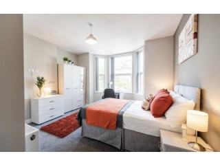 Lovely ensuite room to rent directly opposite tube station